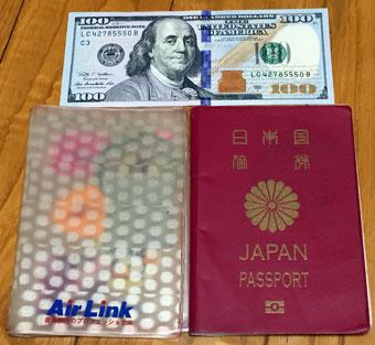 日本のパスポートと100ドル紙幣