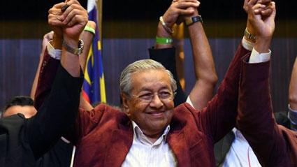 総選挙での勝利を喜ぶマハティール元首相たち