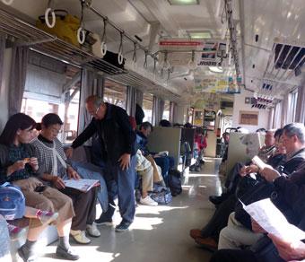 三次駅-混雑する三江線の車内