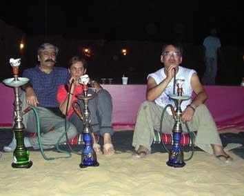 UAEのデザートサファリでシ-シャ(水たばこ)を吸う