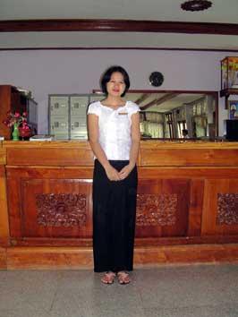 タンテニャゥンウーホテル(Thante Nyaung Oo Hotel)のフロントの女性