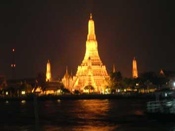 夜のワットアルン(Wat Arun)