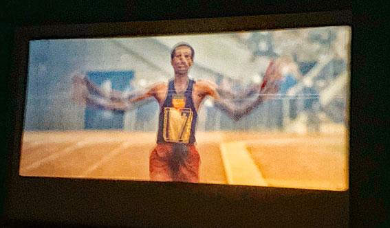 映画「東京オリンピック」-男子マラソンで優勝したアベベ・ビキラ