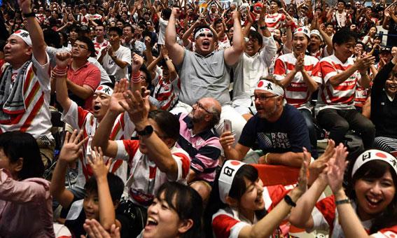 ラグビーワールドカップ、日本がスコットランドを破り喜ぶ観衆