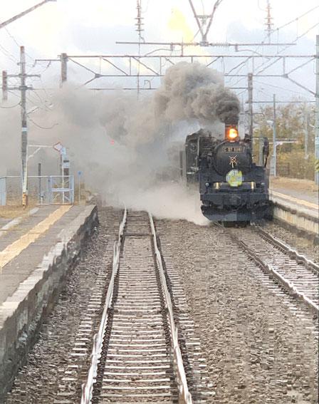 塩川駅でフルーティアふくしま2号とSLばんえつ物語号の交換